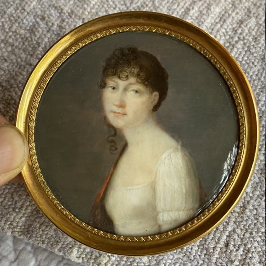 """""""Portrait Miniature De Jeune Femme 18ème """" Portrait Miniature De Jeune Femme 18ème tres belle exécution inscription au dos V de T (de Terrage) cadre en or"""